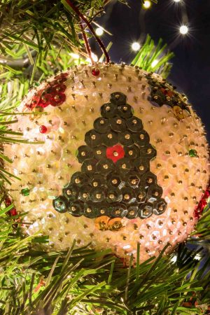Πολύχρωμη μπάλα με χριστουγεννιάτικο σχέδιο (έλατα).